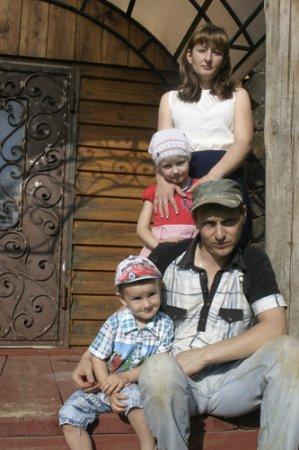 Семейный портрет на фоне сельского пейзажа
