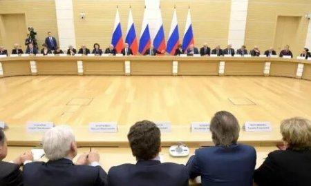 Поддержка семьи, волонтеры и защита личных данных: какие предложения о поправках в Конституцию поддержал Владимир Путин