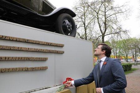 Глеб Никитин возложил цветы к Мемориалу Славы и памятнику газовской «полуторке» на Автозаводе